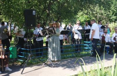 Песни и стихи прозвучали на очередной ретро-встрече в Яблоневом саду