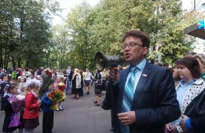 Директор школы Александр Ильяшенко также является депутатом Совета депутатов муниципального округа Бирюлево Восточное