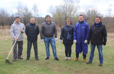 Глава управы района Бирюлево Восточное Кирилл Канаев вместе с командой единомышленников привели Яблоневый сад в порядок
