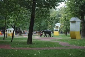 Основным сооружением «Крыловского дворика» стал «зеленый театр», представленный в виде открытой эстрады со скамейками