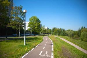 На фото велодорожка вдоль улицы Мусы Джалиля и парка в пойме реки Городня