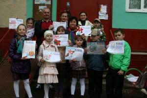 Учителя совместно с учениками школы №902 решили размещать открытки на информационных стендах около подъездов жилых домов