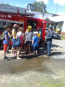 Воспитанники детского лагеря в пожарной части