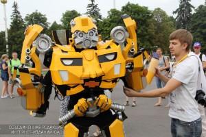 Аниматор в костюме робота на ВДНХ