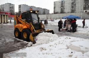 В районе Бирюлево Восточное очистили двор от гололеда
