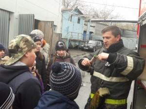 Школьники на экскурсии в пожарной части №83
