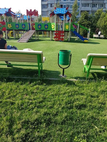 После жалобы детскую площадку очистили