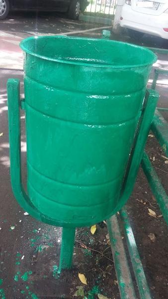 Городские службы очистили от надписей урну и скамейку после жалобы