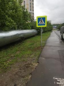 На Михневской улице подняли и закрепили автомобильный знак