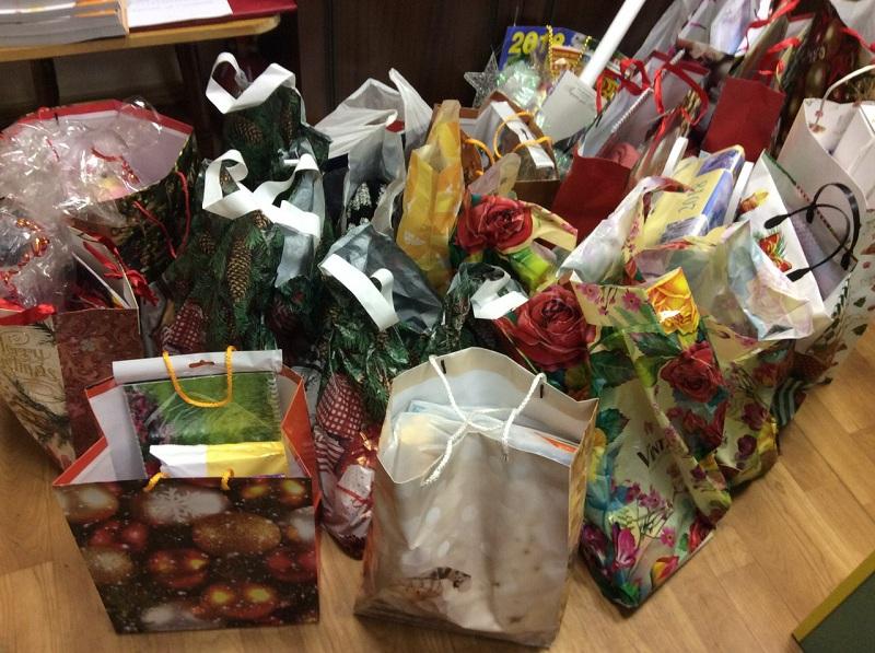 Сбор новогодних подарков в библиотеке №140